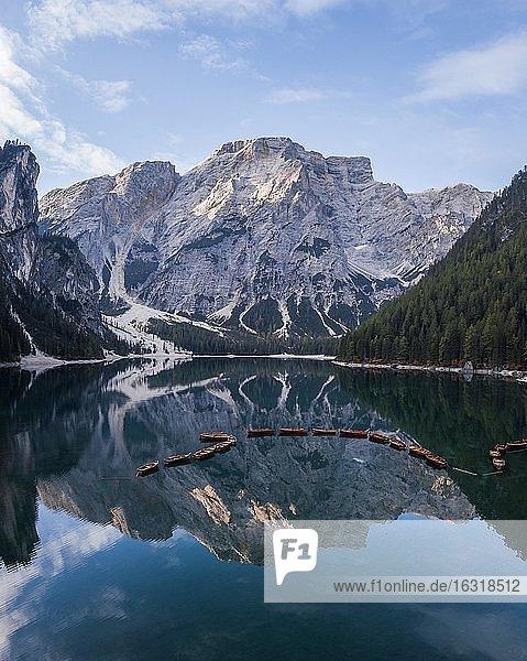 Luftaufnahme  Pragser Wildsee mit Booten  hinten Latemar  Prags  Südtirol  Italien  Europa