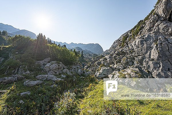 Wanderer  Berglandschaft  Stuhlgraben  hinten Grießkogel  Steinernes Meer  Funtenseetauern  Nationalpark Berchtesgaden  Berchtesgadener Land  Oberbayern  Bayern  Deutschland  Europa