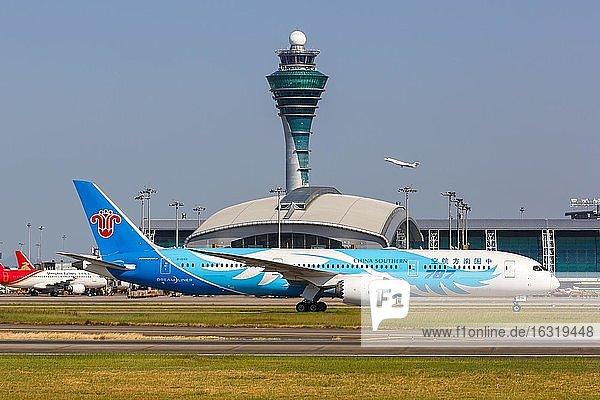 Ein Boeing 787-9 Dreamliner Flugzeug der China Southern Airlines mit dem Kennzeichen B-1242 auf dem Flughafen Guangzhou (CAN),  Guangzhou,  China,  Asien