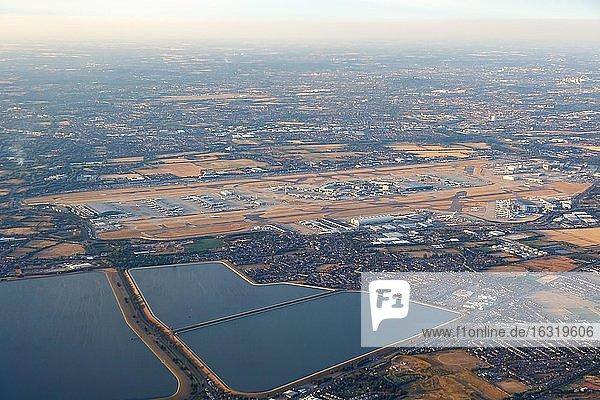 London,  1. August 2018: Luftbild des Flughafen Heathrow (LHR) im Vereinigten Königreich,  Großbritannien,  Europa