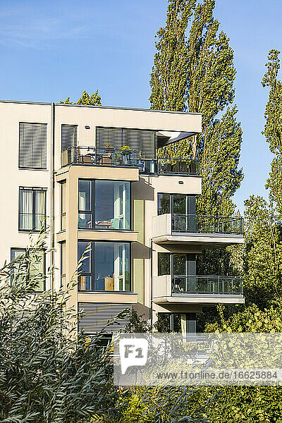 Germany  Baden-Wurttemberg  Tubingen  Modern energy efficient apartment building in Lustnau quarter