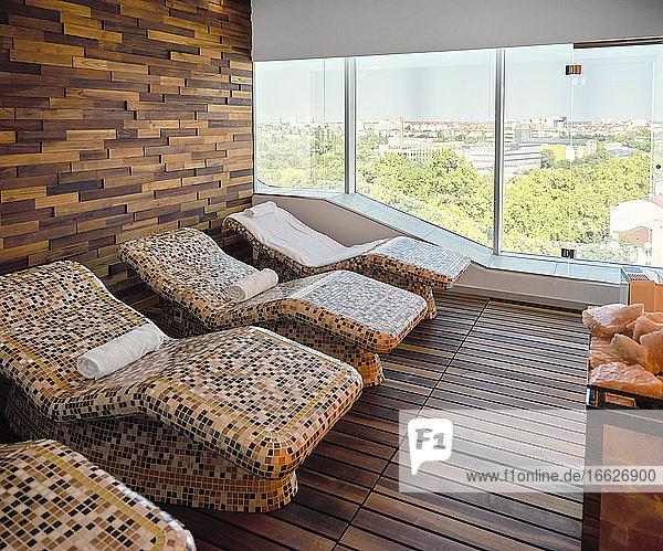 Interieur eines Wellnessbereichs mit Liegestuhl Interieur eines Wellnessbereichs mit Liegestuhl