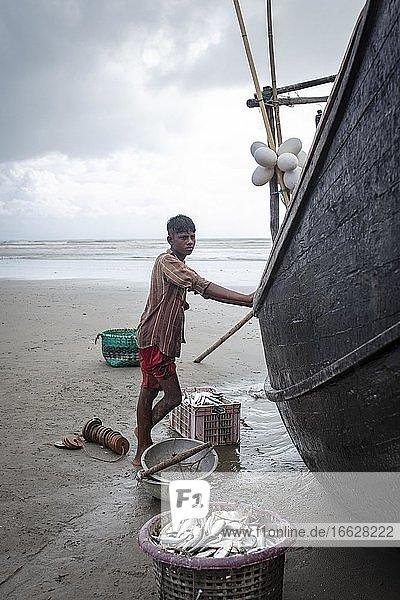 Rohingya  works for fishermen on the beach of Cox Bazaar  Bangladesh  Asia