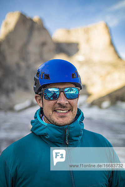 Porträt eines Bergsteigers in Blau
