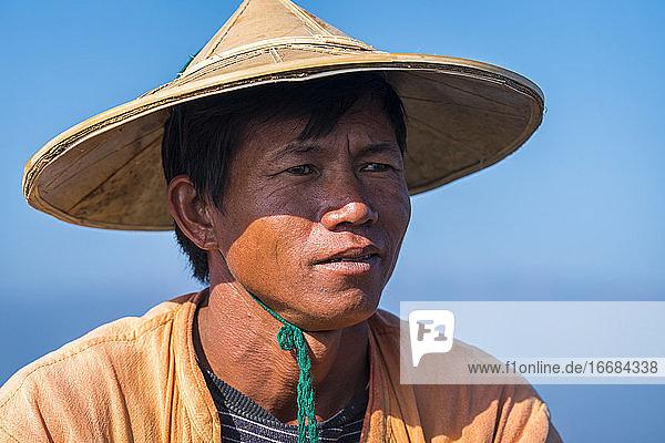 Nahaufnahme eines Intha-Fischers gegen den klaren blauen Himmel  Inle-See  Nyaungshwe  Myanmar