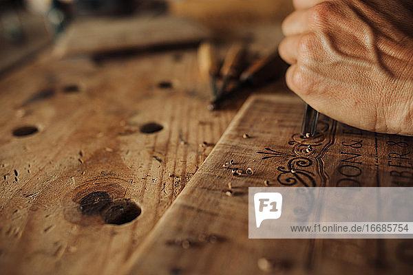 Nahaufnahme der Gravur  Dekoration von Holzplatten Nahaufnahme der Gravur, Dekoration von Holzplatten