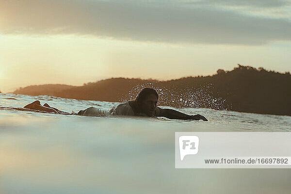 Surfer im Meer bei Sonnenuntergang  Lombok  Indonesien Surfer im Meer bei Sonnenuntergang, Lombok, Indonesien