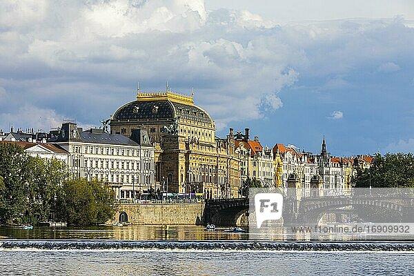 Staatsoper  historische Häuserfassaden und Brücke der Legionen über die Moldau  Prag  Tschechien  Europa