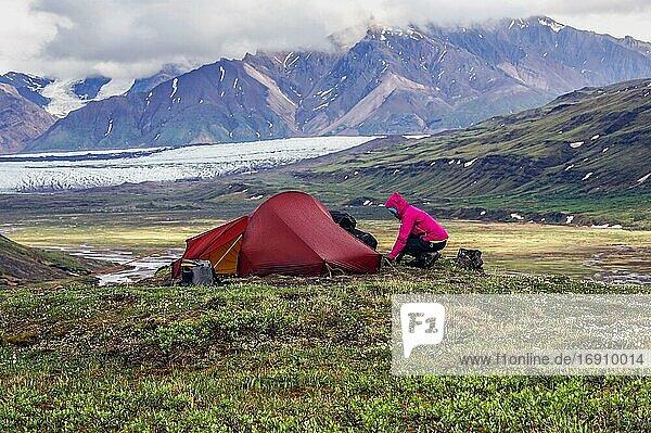 Frau neben Zelt  Wrangell St. Elias Mountains  hinten Russell Glacier  Alaska  USA  Nordamerika