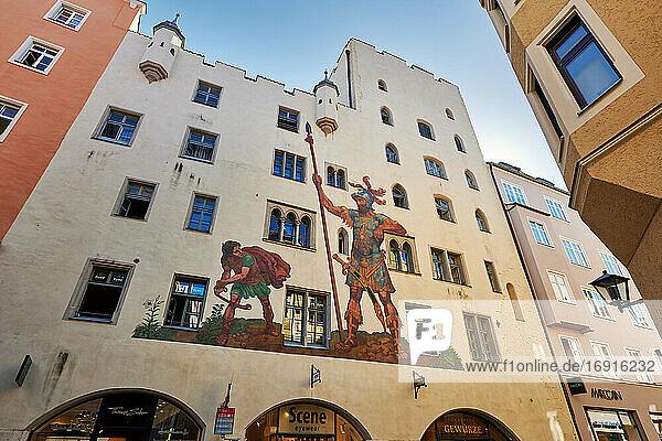 Das Goliathhaus  welches um 1260 erbaut wurde  gilt mit seinem um 1573 entstandenen Gemälde vom Kampf Davids gegen Goliath als eines der Wahrzeichen der UNESCO-Weltkulturerbestadt  Regensburg   Bayern  Deutschland  mural on the Goliath House of Regensburg   Bavaria  Germany 