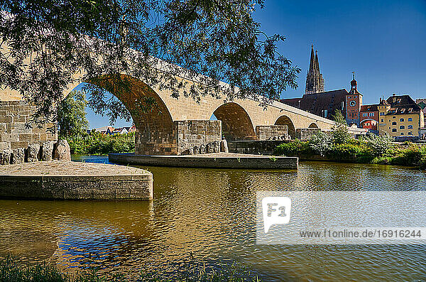 Steinerne Brücke mit Dom St. Peter und dem Stadtbild von Regensburg  Bayern  Deutschland |Stone Bridge (Steinerne Brucke) with cityscape and Saint Peters cathedral of Regensburg  UNESCO World Heritage Site  Bavaria  Germany|