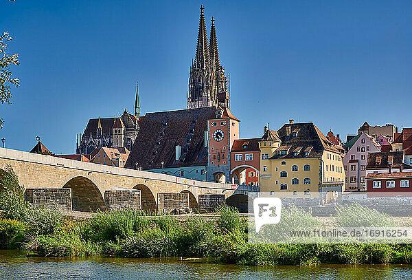 Steinerne Brücke mit Dom St. Peter und dem Stadtbild von Regensburg  Bayern  Deutschland  Stone Bridge (Steinerne Brucke) with cityscape and Saint Peters cathedral of Regensburg  UNESCO World Heritage Site  Bavaria  Germany 
