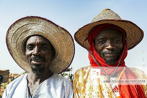 Porträt von zwei freundlichen Peul-Männern  Niger  Afrika