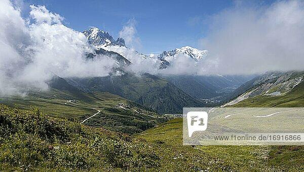 Blick vom Col de Balme  Aiguille du Midi und Mont Blanc  Chamonix  Haute-Savoie  Frankreich  Europa