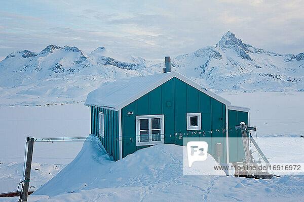 Haus im Winter mit Schnee bedeckt  Tasiilaq  Südostgrönland