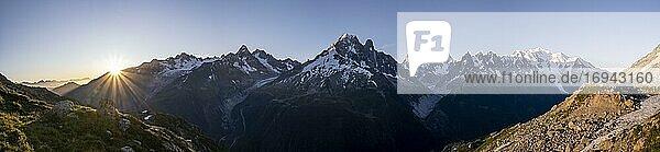 Sonne vor Bergen  Mer de Glace und Glacier d'Argentière  Aiguille Verte  Aiguille du Midi  Aiguille du Moine  Mont Blanc  Grandes Jorasses  Mont-Blanc-Massiv  Chamonix-Mont-Blanc  Haute-Savoie  Frankreich  Europa