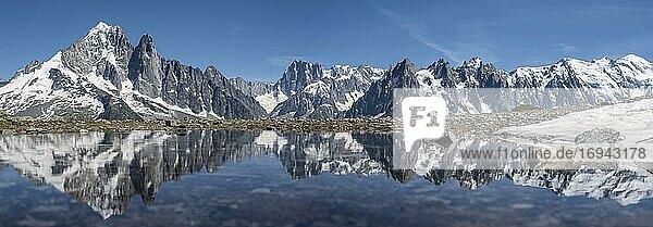 Bergpanorama  Spiegelung im Lac Blanc  Berggipfel  Grandes Jorasses und Mont-Blanc-Massiv  Chamonix-Mont-Blanc  Haute-Savoie  Frankreich  Europa