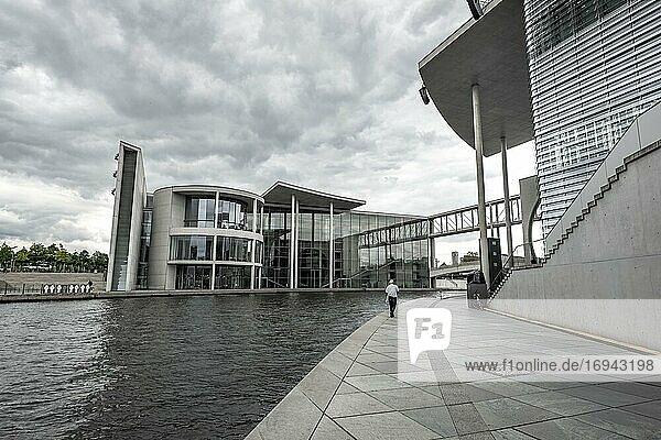 Paul-Löbe-Haus und Marie-Elisabeth-Lüders-Haus bei Wolkenhimmel  Spree  Regierungsviertel  Mitte  Berlin  Deutschland  Europa