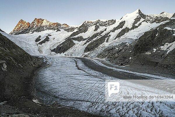 Bergpanorama  Hochalpine Landschaft  Sonnenaufgang  Gletscherzunge  Gletscher Unteres Eismeer  Finsteraarhorn  Agasszishorn  Großes Fiescherhorn  Berner Oberland  Schweiz  Europa