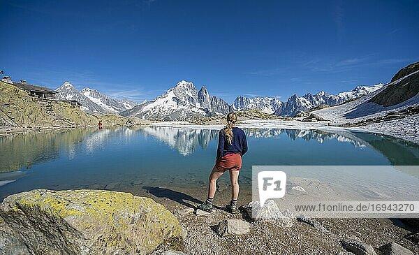 Junge Frau vor Bergpanorama  Spiegelung im Lac Blanc  Berggipfel  Grandes Jorasses und Mont-Blanc-Massiv  Chamonix-Mont-Blanc  Haute-Savoie  Frankreich  Europa