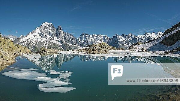 Bergpanorama  Eisscholle auf dem Lac Blanc  Berggipfel spiegeln sich in Bergsee  Grandes Jorasses und Mont-Blanc-Massiv  Chamonix-Mont-Blanc  Haute-Savoie  Frankreich  Europa