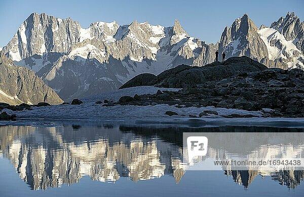 Bergpanorama mit Wasserspiegelung im Lac Blanc  Aiguille Verte  Berggipfel  Grandes Jorasses und Mont-Blanc-Massiv  Chamonix-Mont-Blanc  Haute-Savoie  Frankreich  Europa