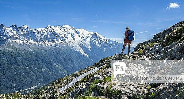 Wanderin auf Wanderweg  Grand Balcon Sud  Mont Blanc  Grandes Jorasses  Mont-Blanc-Massiv  Chamonix-Mont-Blanc  Haute-Savoie  Frankreich  Europa