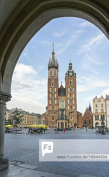 Straßenszene und St. Marys Basilika  UNESCO-Weltkulturerbe  Krakau  Polen  Europa