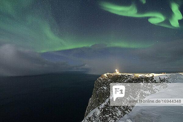 Nordlicht (Aurora Borealis) über Nordkap-Klippe im Winter  Insel Mageroya  Barentssee  Troms og Finnmark  Nordnorwegen  Skandinavien  Europa