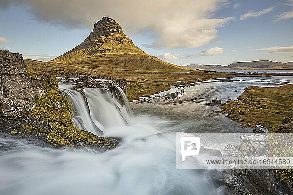Eine der ikonischen Landschaften Islands  der Berg Kirkjufell und der Wasserfall Kirkjufellsfoss  in der Nähe von Grundarfjordur  Halbinsel Snaefellsnes  Island  Polarregionen
