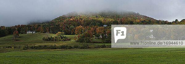 Herbst-Panoramablick auf Vermont Land  Vermont  New England  Vereinigte Staaten von Amerika  Nordamerika