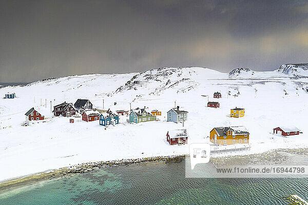 Luftaufnahme des Fischerdorfs Veines im Winter  Kongfjord  Varanger-Halbinsel  Troms og Finnmark  Norwegen  Skandinavien  Europa