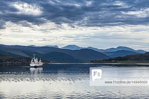 Fischerboot  Bucht von Ullapool  Ross und Cromarty  Hochland  Schottland  Vereinigtes Königreich  Europa