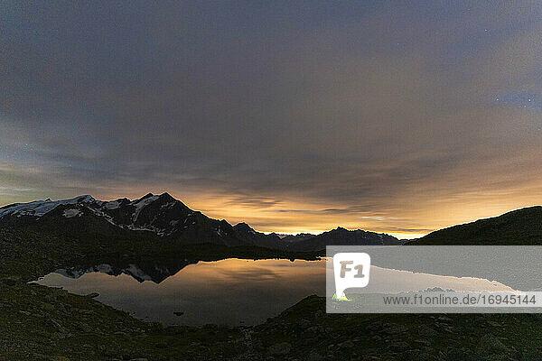 Beleuchtetes Zelt am Ufer des Manzina-Sees bei Nacht  Luftaufnahme  Valfurva  Valtellina  Provinz Sondrio  Lombardei  Italien  Europa
