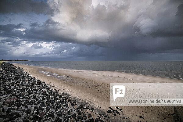 Dramatische Regenwolken türmen sich über der Sylter Wattenmeer-Küste zwischen Kampen und List