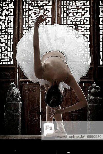 Die junge Frau vor dem klassischen chinesischen Tanzballett