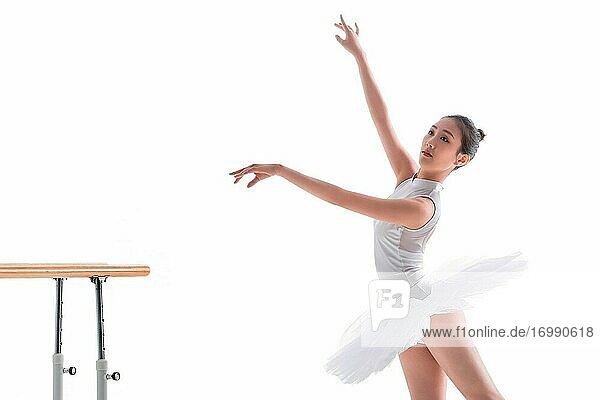 Junge Frauen üben sich im Balletttanz