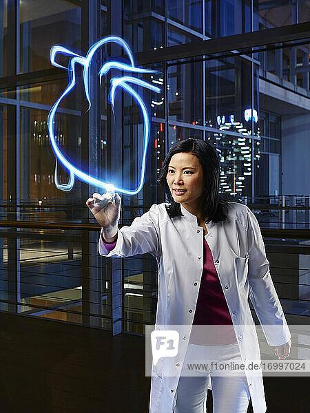 Eine Fachärztin untersucht das Herz im Labor eines Krankenhauses Eine Fachärztin untersucht das Herz im Labor eines Krankenhauses