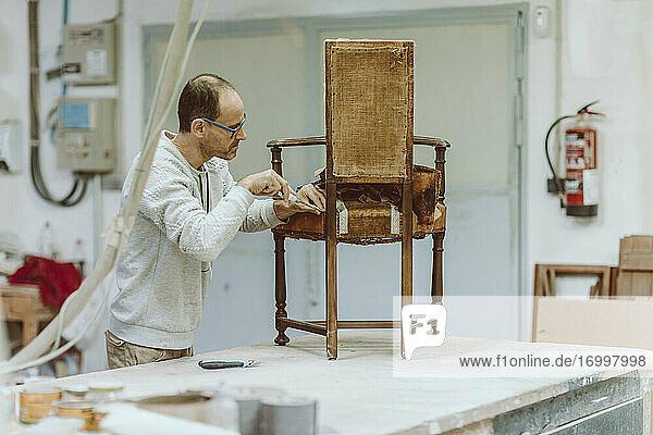 Fachwissen über die Restaurierung von Holzstühlen im Stehen in der Werkstatt Fachwissen über die Restaurierung von Holzstühlen im Stehen in der Werkstatt