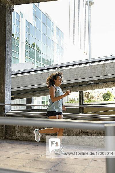 Junger Sportler  der auf einer Brücke trainiert
