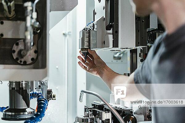 Wartungstechniker  der in der Fabrik eine Maschine repariert