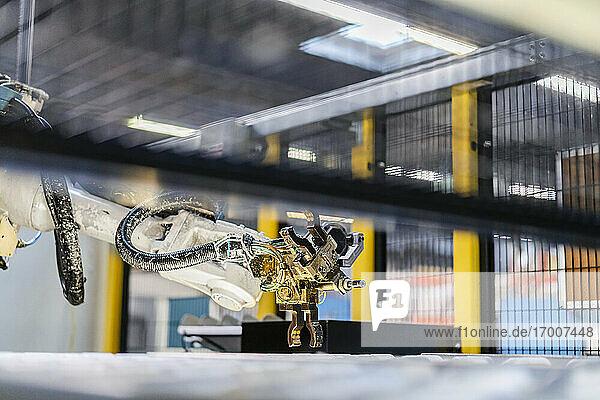 Roboterarm über Produktionslinie in der Industrie