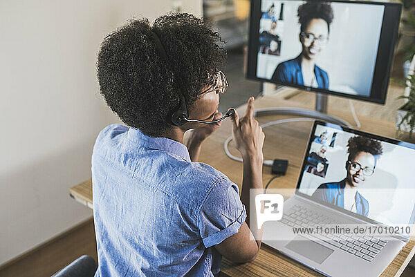Frau hält Videokonferenz mit Kollegen über Laptop zu Hause Frau hält Videokonferenz mit Kollegen über Laptop zu Hause