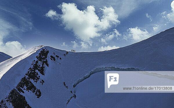 Schweiz  Monte Rosa  Kletterer auf Bergrücken am Monte Rosa Massiv