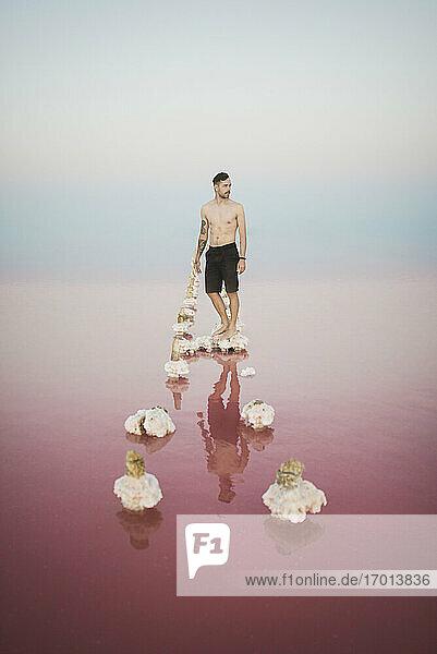 Ukraine  Krim  Mann steht auf Salzkristall in Salzsee