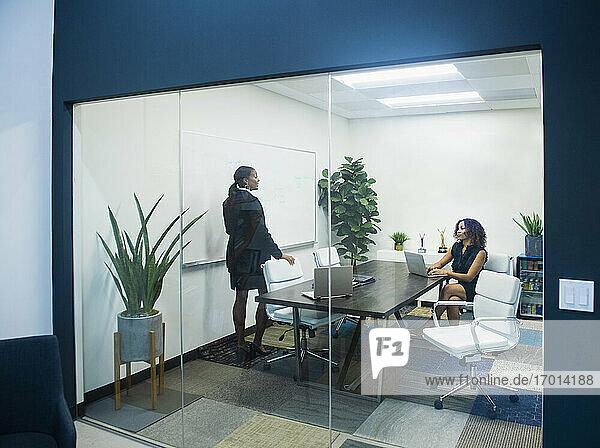 Zwei Geschäftsfrauen arbeiten im Büro