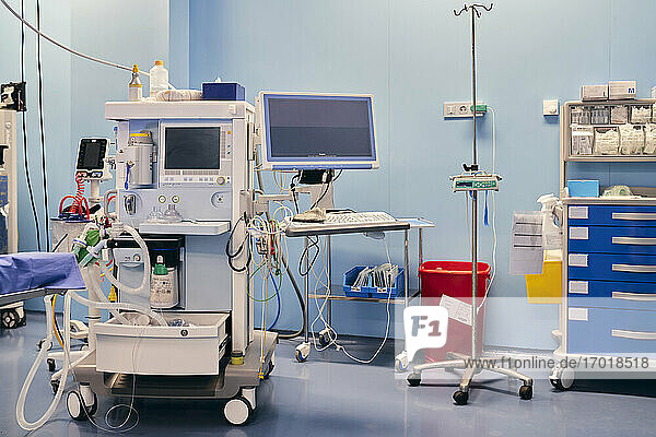 Überwachungsgerät im Operationssaal eines Krankenhauses