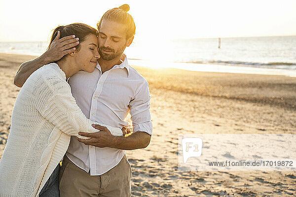 Romantisches junges Paar am Strand im Urlaub Romantisches junges Paar am Strand im Urlaub
