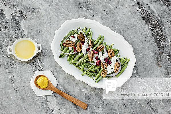 Grüner Bohnensalat mit Ziegenkäse  Nüssen und Cranberries