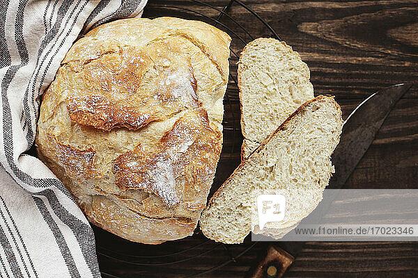 Selbst gebackenes  rundes Brot  angeschnitten